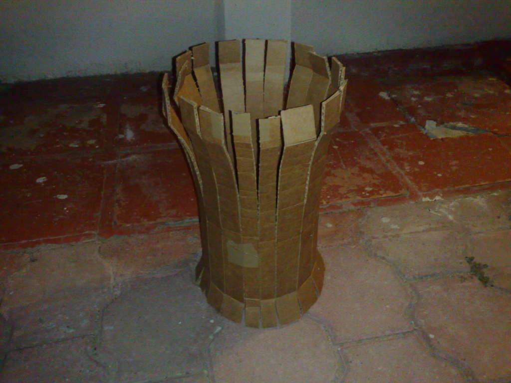 Затем вырежте из картона большой круг, он придаст верхней части цилиндра...
