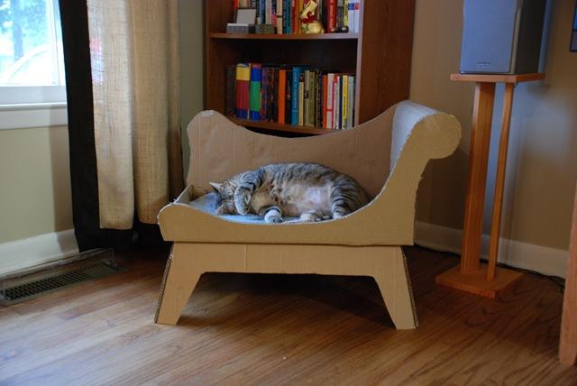 Лежанки для кошек из коробок